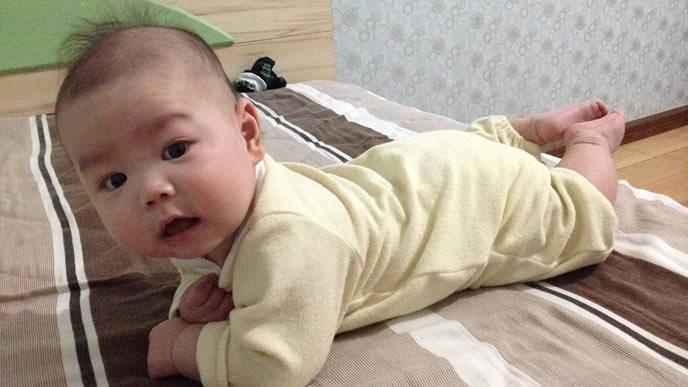 突発性発疹が治り元気にママの元へ向かう赤ちゃん