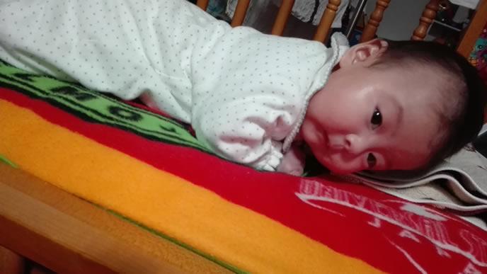 ふっと起き上がりママを発見する赤ちゃん