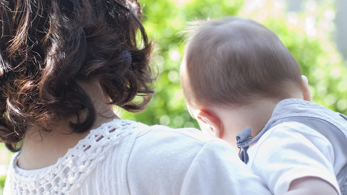 ママと二人で外の景色を見る赤ちゃん