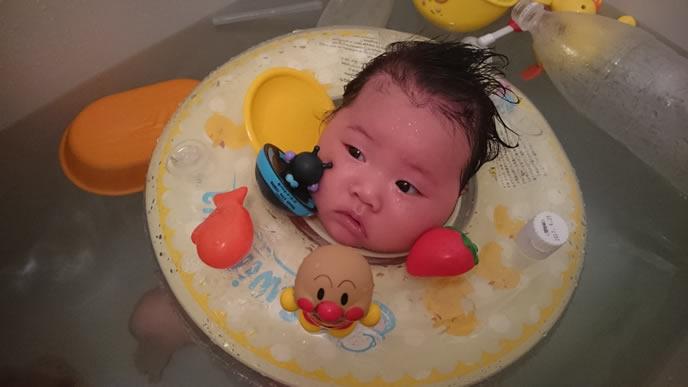 スイマーバでお風呂に入る不安そうな赤ちゃん
