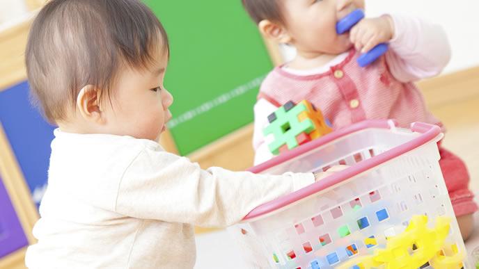 お友達とおもちゃで遊ぶ赤ちゃん