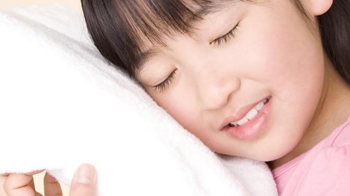 タオルに包まりリラックスする女の子