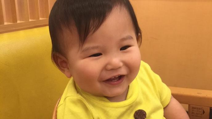 七三の髪型をした大人びた赤ちゃん