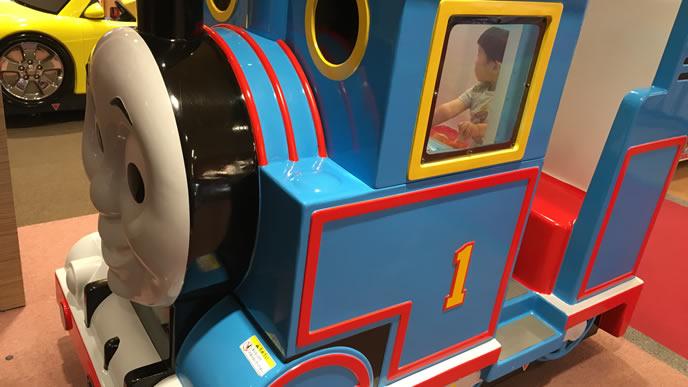 施設内の電車の乗り物にのる男の子