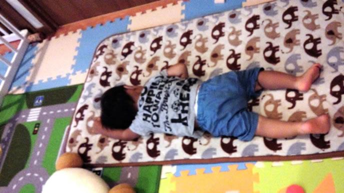 遊び疲れて寝る男の子