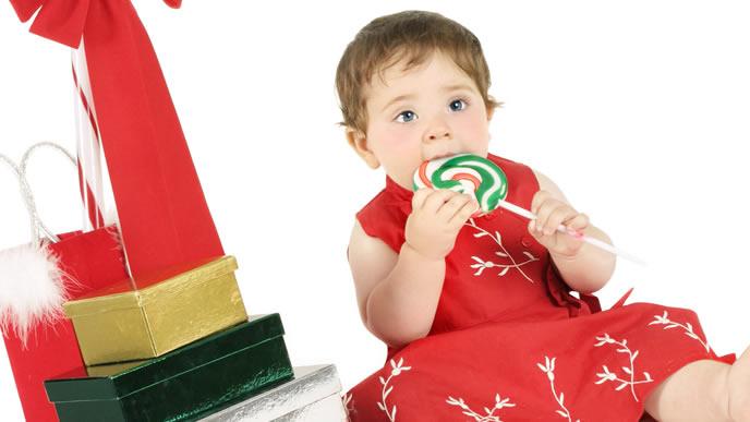 おやつのキャンディーを食べる赤ちゃん