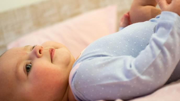 ミルクを飲んでご満悦な表情をする赤ちゃん