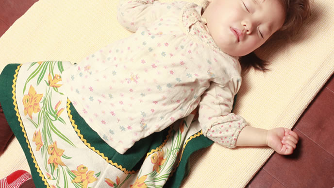 お腹いっぱいで熟睡中の赤ちゃん