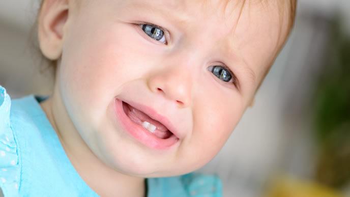 ミルクが飲めなくて泣きそうな赤ちゃん