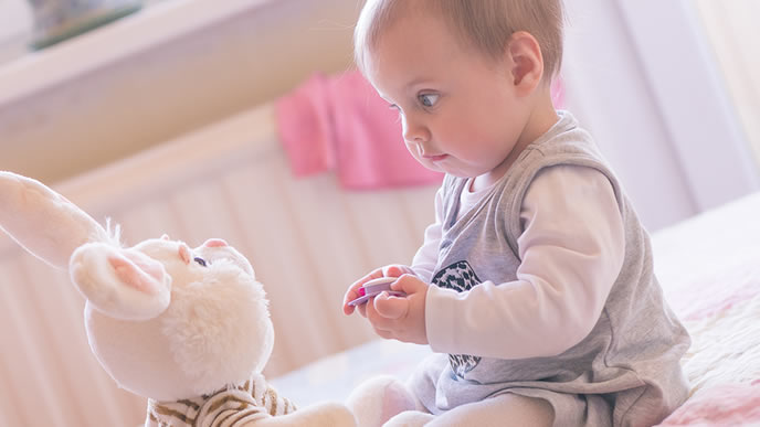 お友達のうさぎさんと見つめ合う赤ちゃん