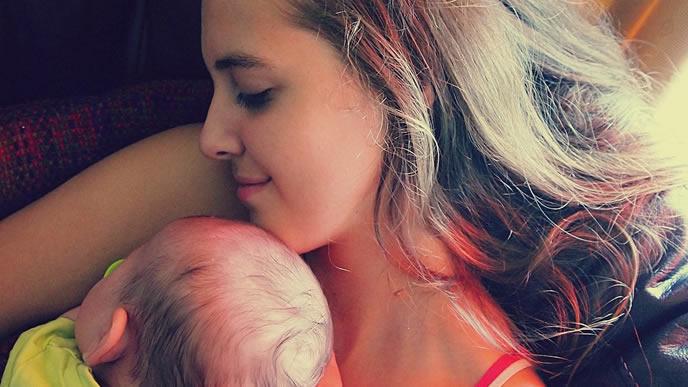 里帰り出産でゆったり休む産後のママ