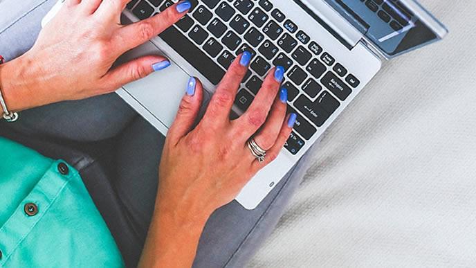 産前産後休暇の申請メールを会社に送信する妊婦