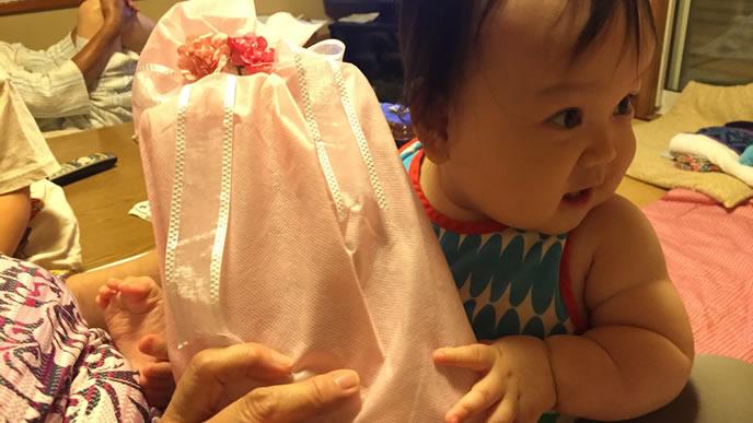 ママからプレゼントを貰い嬉しすぎる赤ちゃん