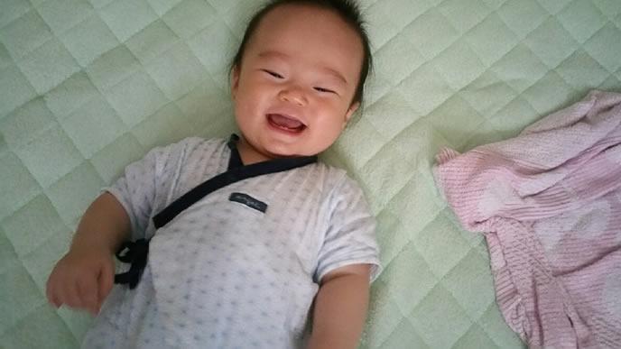 横になり爆笑中の赤ちゃん