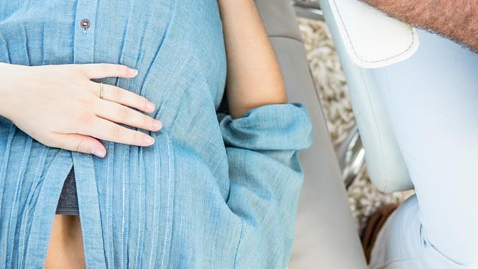 医師に前駆陣痛と微弱陣痛の違いを相談する妊婦