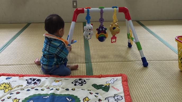 蕁麻疹がでて家庭で安静にする赤ちゃん