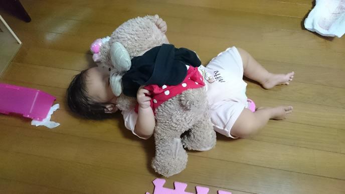 ぬいぐるみを抱っこする赤ちゃん