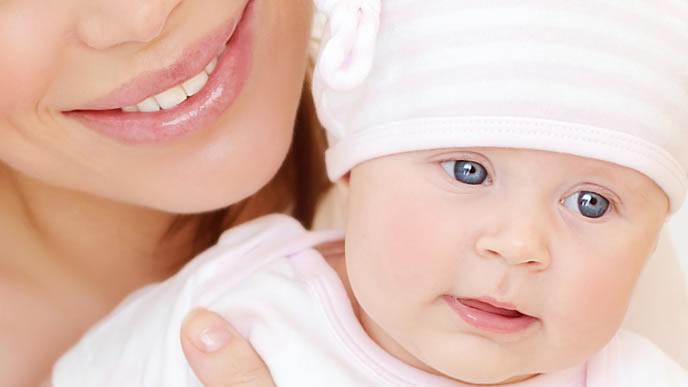 ママに抱っこされて安心する赤ちゃん