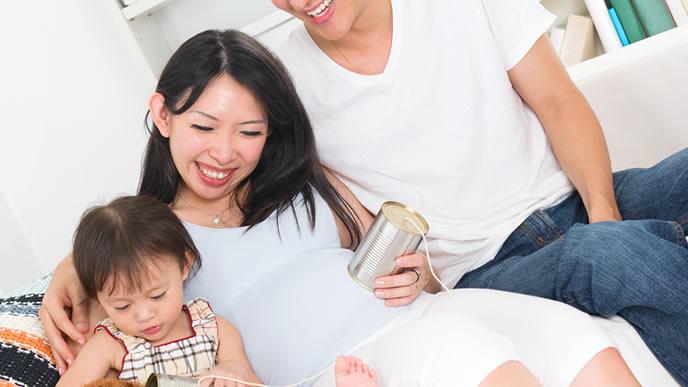 ママとパパが協力して子育てする家族
