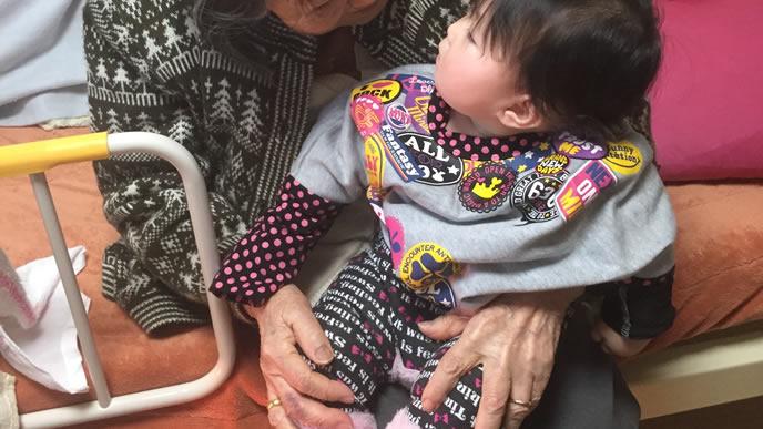 赤ちゃんを泣き止ませるおばあちゃん