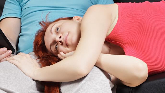 パパの膝枕でリラックスする高齢の妊婦