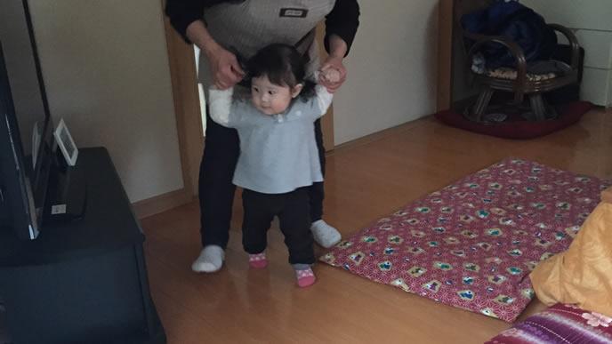 おばあちゃんと一緒に歩く練習をする女の子