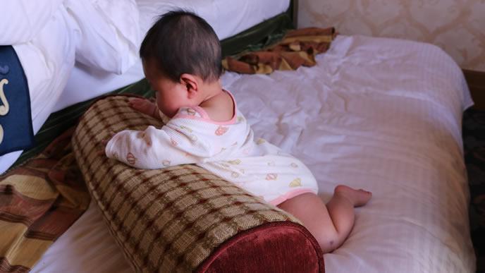 裸足で一人遊び中の赤ちゃん