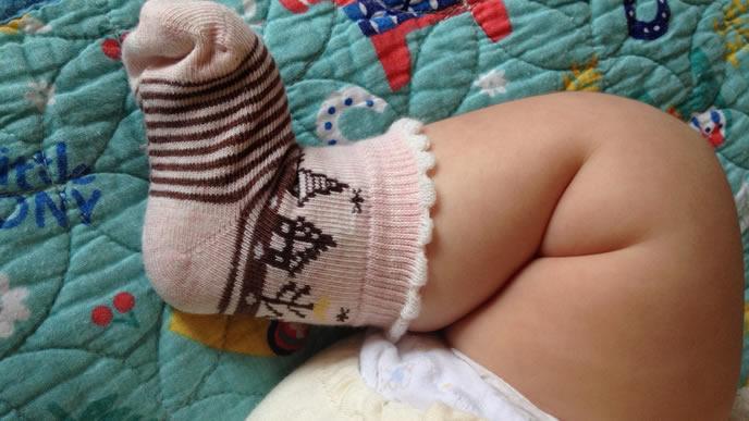 むちむちの足と小さな靴下