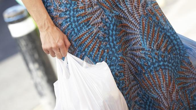 お買い物に出かける妊娠中のママ