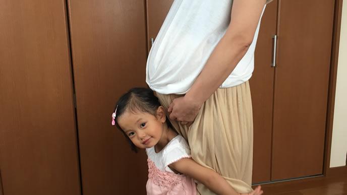 上の子供と妊娠中の記念写真を撮る妊婦