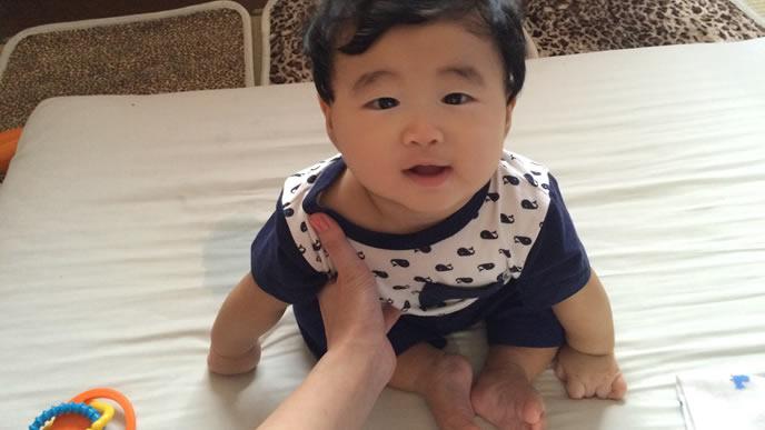 赤ちゃんとコミュニケーションを取るママ
