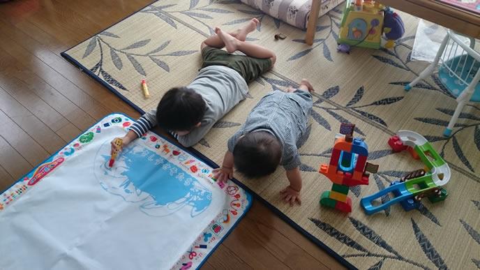 空調管理の行き届いた部屋で落書きする赤ちゃん