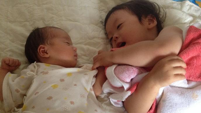 しゃっくりが落ち着き姉と仲良く寝る赤ちゃん