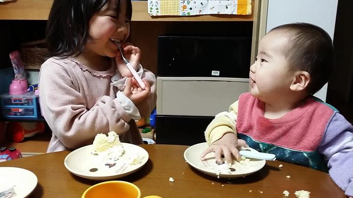 楽しそうに離乳食を食べる姉弟