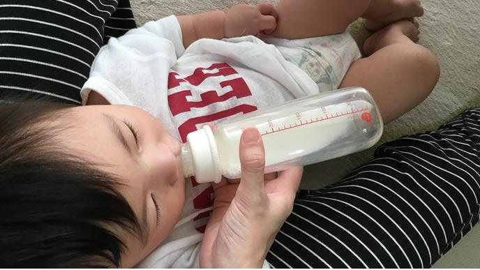 ゴクゴクミルクを飲むハラペコ赤ちゃん