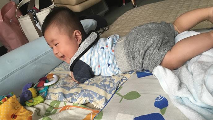 ニコニコでハイハイする赤ちゃん