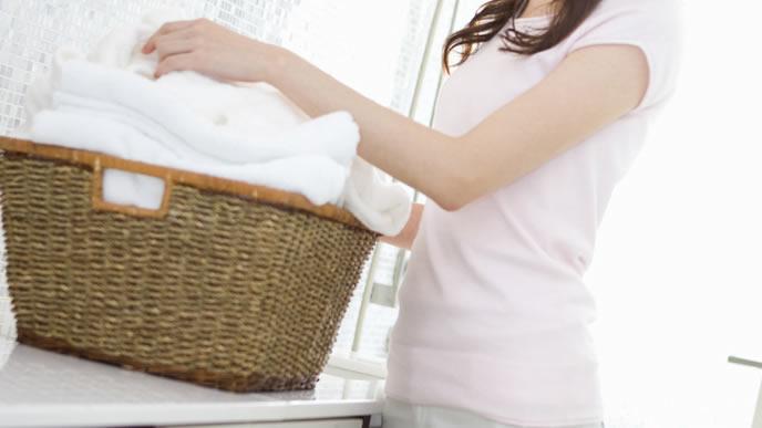 赤ちゃんのパジャマを洗濯する子育て中のママ