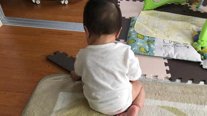 フロアマットの解体に忙しい赤ちゃん