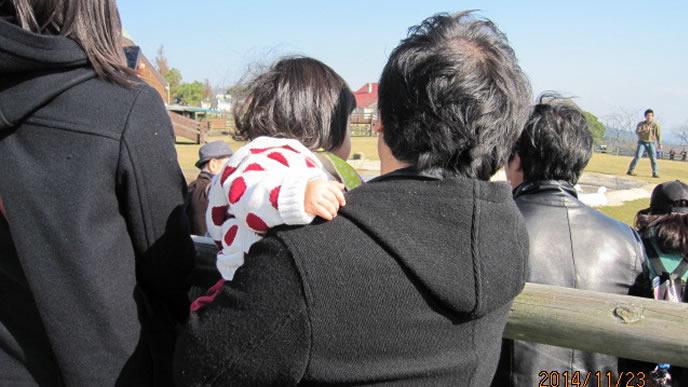 パパに抱っこされた赤ちゃんの後ろ姿
