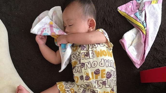 お気に入りのタオルを抱いて寝る赤ちゃん