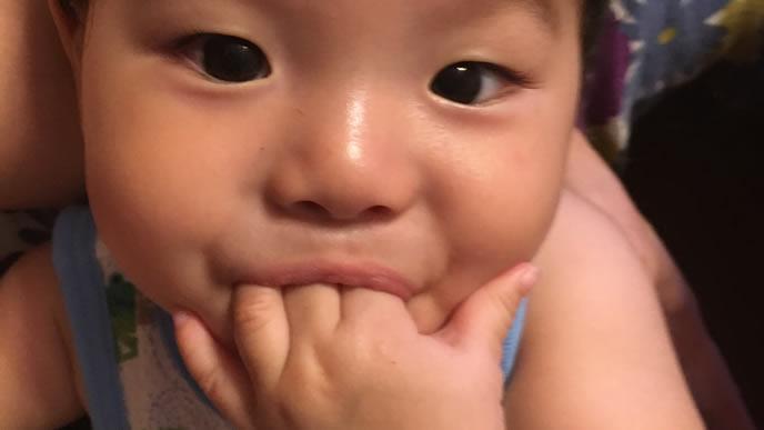 寝つきが悪く寝られない指をくわえる赤ちゃん
