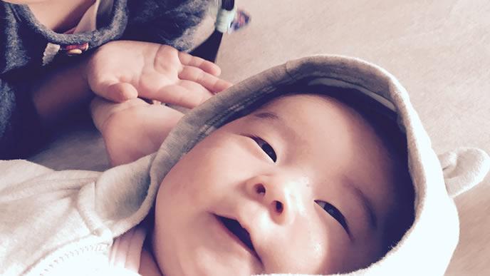 耳付き帽子で笑顔を振りまく赤ちゃん