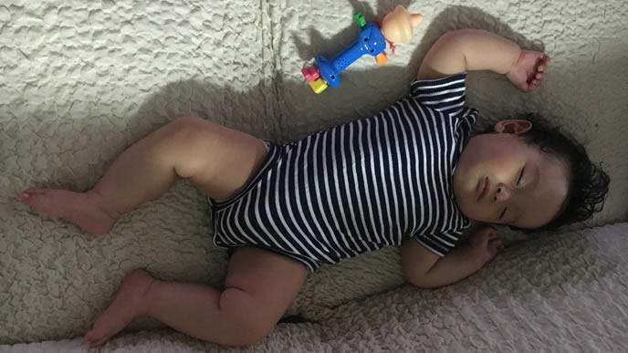 日陰で涼しそうに寝る赤ちゃん