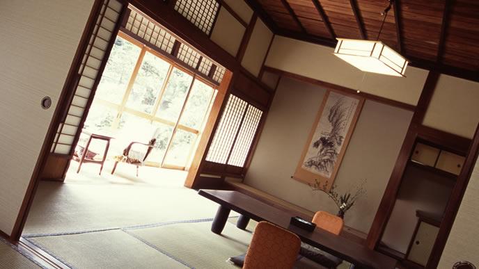 大きな窓と掛け軸がポイントの和室