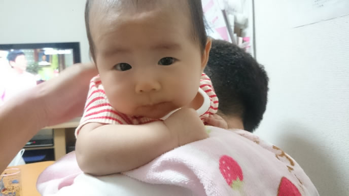 寝つきが悪くパパに抱っこをせがむ赤ちゃん