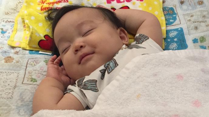 一人でも笑顔で寝る赤ちゃん