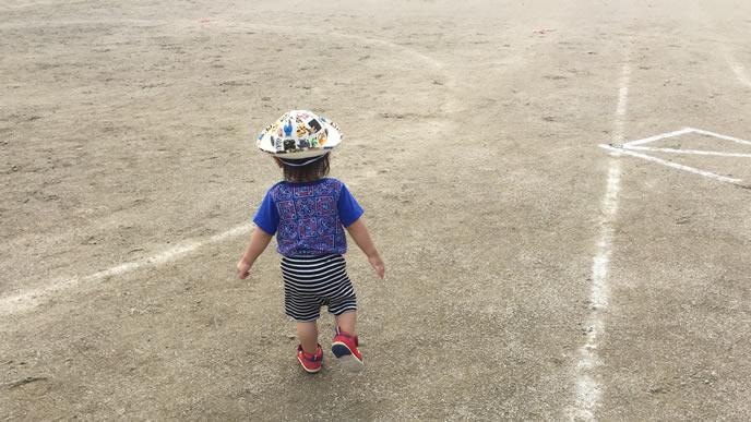 グラウンドをてくてく歩く赤ちゃん