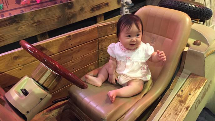 運転席が嬉しくて笑顔になる赤ちゃん