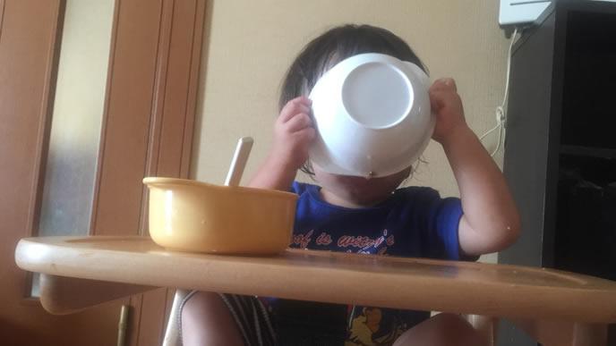 冷たいスープの離乳食を食べる赤ちゃん