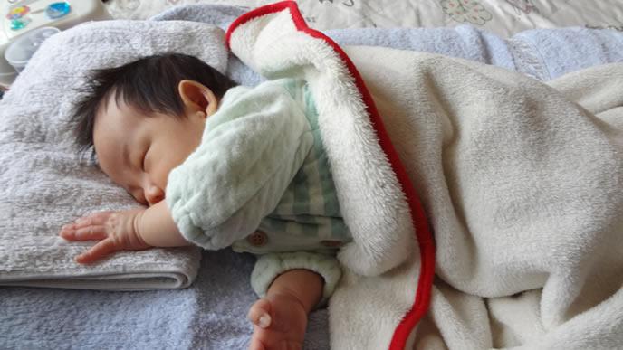 ふさふさの髪の気が特徴の赤ちゃん
